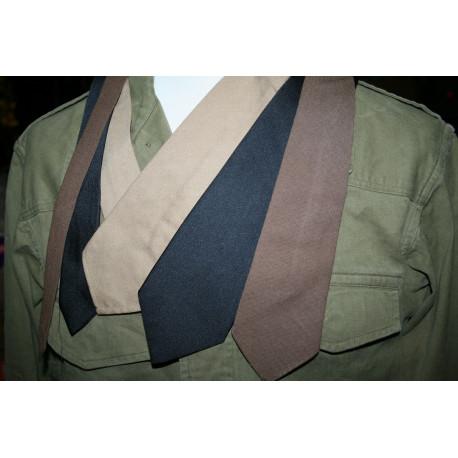 cravate noire ou marron ou beige